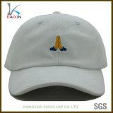 Gorra de béisbol blanca del ante con pequeña insignia del bordado