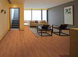 Hölzerne Planke deckt Keramikziegel und keramische Fußboden-Fliese mit Ziegeln