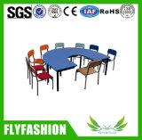 Meubles d'école maternelle à moitié autour de table d'enfants avec la présidence (SF-04C)