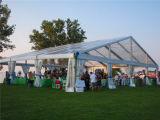 عريجي خارجيّ يطوي كبيرة حزب خيمة مع زخارف لأنّ عمليّة بيع