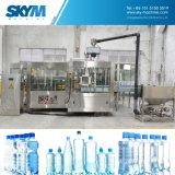 Ligne remplissante de l'eau pure de bouteille d'animal familier