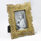 旧式なハンドメイドの金樹脂の写真フレーム
