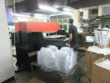 عالة مستهلكة يأخذ بلاستيكيّة بعيد [فوود كنتينر] يعبّئ صندوق مع تسرّب برهان غطاء