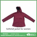Куртка Softshell модной женщины задействуя