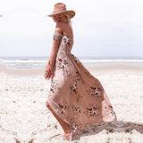 肩を離れた夏浜はマキシの花柄の服を切り開いた