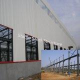 Costruzione del gruppo di lavoro della struttura d'acciaio pre dal fabbricato da