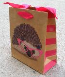 A qualidade projeta o saco de papel impresso do presente com punho da fita