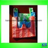 La maglietta a strisce insacca i sacchetti di rifiuti dei sacchetti di immondizia dell'HDPE