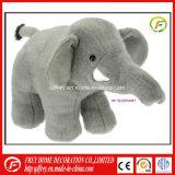 La navidad de elefante de peluche juguete con flor en mano