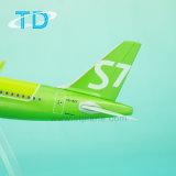 Modelo de plástico da escala de um avião320neo S7 18,8 cm