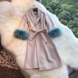 毛皮が付いている女性方法ウールのコート