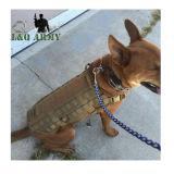 Militärkleidung des hundK9, welche die Weste-Verdrahtung im Freien ausbildet
