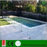 Schwimmen-Glaspool, das mit ausgeglichenem Glas ficht