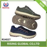 卸し売り屋外のハイキングのスポーツは靴をハイキングしている人に蹄鉄を打つ