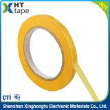 Sola cinta adhesiva eléctrica echada a un lado del lacre del papel adhesivo