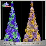大きく大きく青い人工的なクリスマス屋外の飾られたLEDの球の木