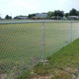 スプレーの上塗を施してあるチェーン・リンクの塀または金網の塀
