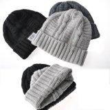 平らな刺繍の灰色のニットの帽子