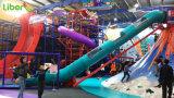 As crianças do Parque de Diversões interior colorido vulcão brinquedo uma parede de escalada deslize