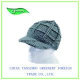 子供縁が付いている青く簡単な様式のニットの帽子