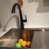 De zwarte Kleur trekt de Tapkraan van de Gootsteen van de Keuken terug