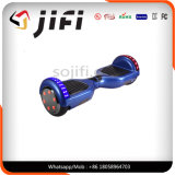 Individu sec volant de deux roues équilibrant le scooter électrique avec l'éclairage LED