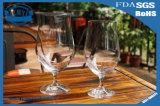 Романтичный роскошный стеклянный кубок. Стекло красного вина