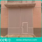 Cancello di scivolamento industriale con il piccolo portello dell'uomo
