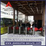 Barreira da aleta com o sistema de inspeção do bilhete usado na estação de metro
