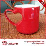 中心の形の陶磁器のコーヒー・マグはバレンタインのギフトのためにセットした