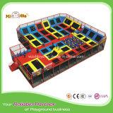 Sosta dell'interno del trampolino di grande divertimento di rimbalzo con il cerchio di pallacanestro, pozzo della gomma piuma