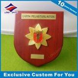 Малая металлическая пластинка круглой формы размера деревянная с логосом плакировкой золота