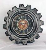 Orologio di parete antico nero del metallo nella figura dell'attrezzo