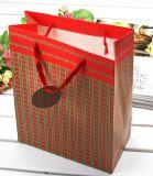 Auto-kleines Geschenk mit rotem Zeichenkette-Beutel-Papier