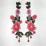 布を作るための刺繍の花の細部