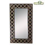 Marco de madera del espejo de la pared en el final de madera de la oscuridad