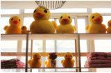 Juguete amarillo relleno aduana del pato