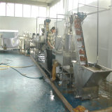 Microplaquetas de batata frescas fritadas comerciais que fazem a máquina