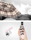 اثنان يطوي شريط مظلة