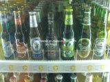 Promenade commerciale dans le réfrigérateur en verre de boisson de porte