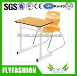 붙어 있던 학교 학생 책상 및 의자 학교 가구를 골라내십시오