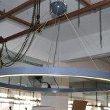 LEDのストリップが付いている天井灯のあたりでラッカーを塗られるグラファイトの灰色