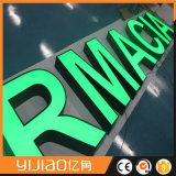 Belle lettre d'alphabet de lumière avant avec de l'acrylique de face