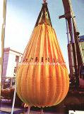 O guindaste e testes de carga de acostar sacos cheios de água