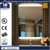 Specchio astuto fissato al muro della stanza da bagno chiara illuminato LED