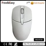 手は両方とも白いカラーコンピュータ3Dの無線ラップトップマウスを使用した