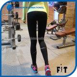 反射女性はStrech適当で高い夜連続した体操のスポーツのズボンを乾燥する