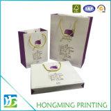 Il marchio di lusso ha stampato i sacchi di carta del regalo con la maniglia della corda
