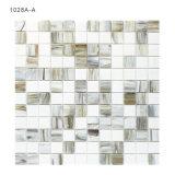 Bianco interno della parete della stanza da bagno e mattonelle di mosaico di vetro di Greay