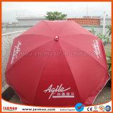 Grand parapluie extérieur protégeant du vent de parasol